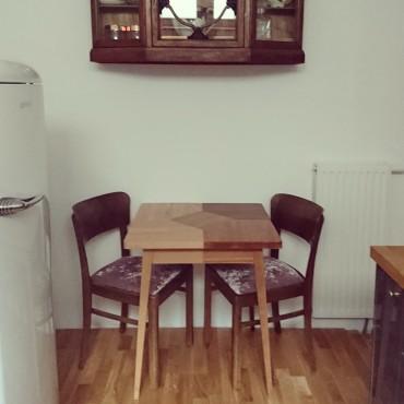 Stół śniadaniowy z różnych gatunków drewna